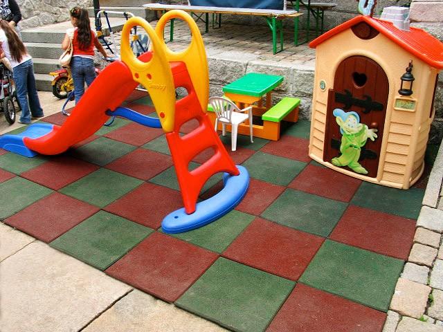 Plac zabaw Bezpieczna płytka 500x500x90mm - czerwona INTER FUN